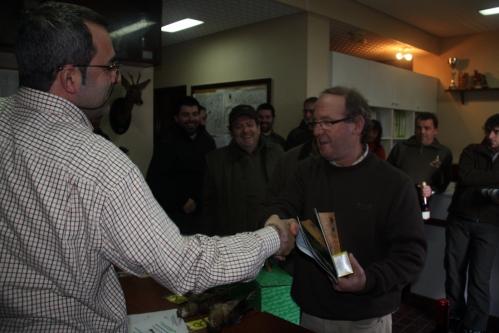 El presidente del Club de Caza del Valle de Mena entrega unos obsequios a los ganadores del XXXVI Campeonato de Sorda: Víctor Fontecha y Eduardo Corral